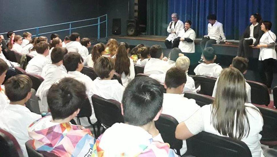 Profesionales encargados de brindar los talleres departiendo con los alumnos presentes.