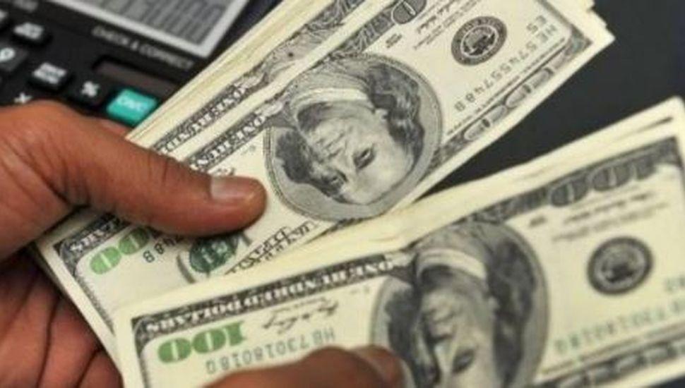 El dólar se vende a $57 en el Banco Nación y el riesgo país pasa los 1700 puntos