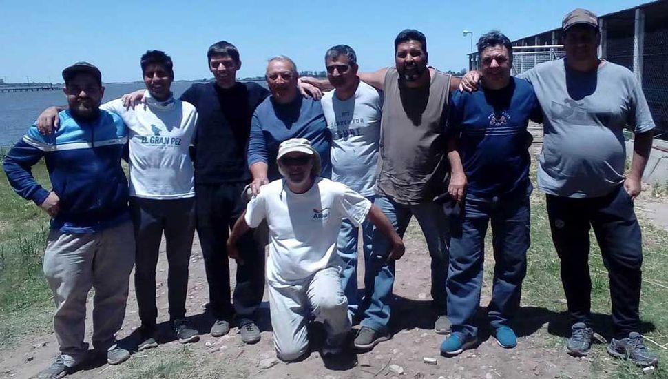 Algunos de los participantes del concurso de pesca de carpas, en que ganó la dupla Riesgo-Gago.