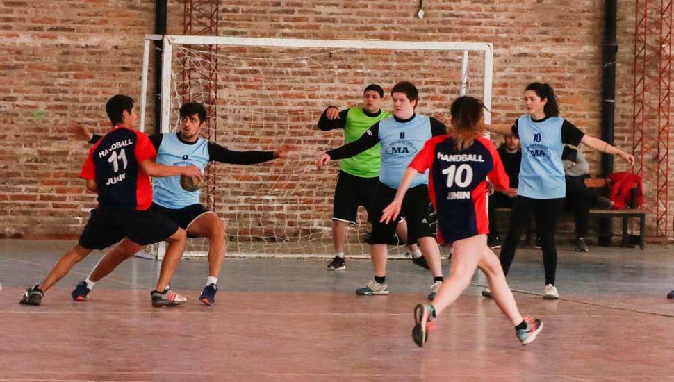Handball con integración de género, en el complejo municipal