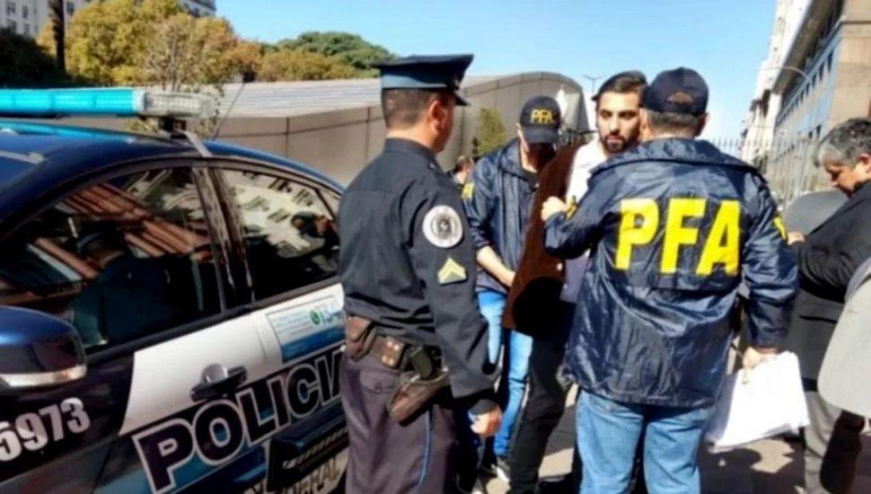 Momentos posteriores a la detención de Muñiz en la Plaza de Mayo.