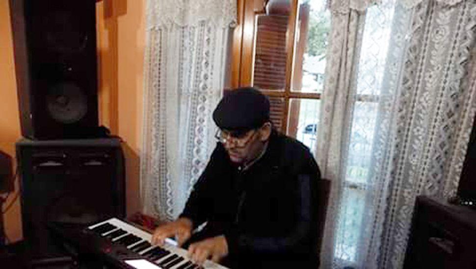 Mario Pratti es un reconocido tecladista que integró numerosas bandas y también es profesor de piano, órgano y canto.
