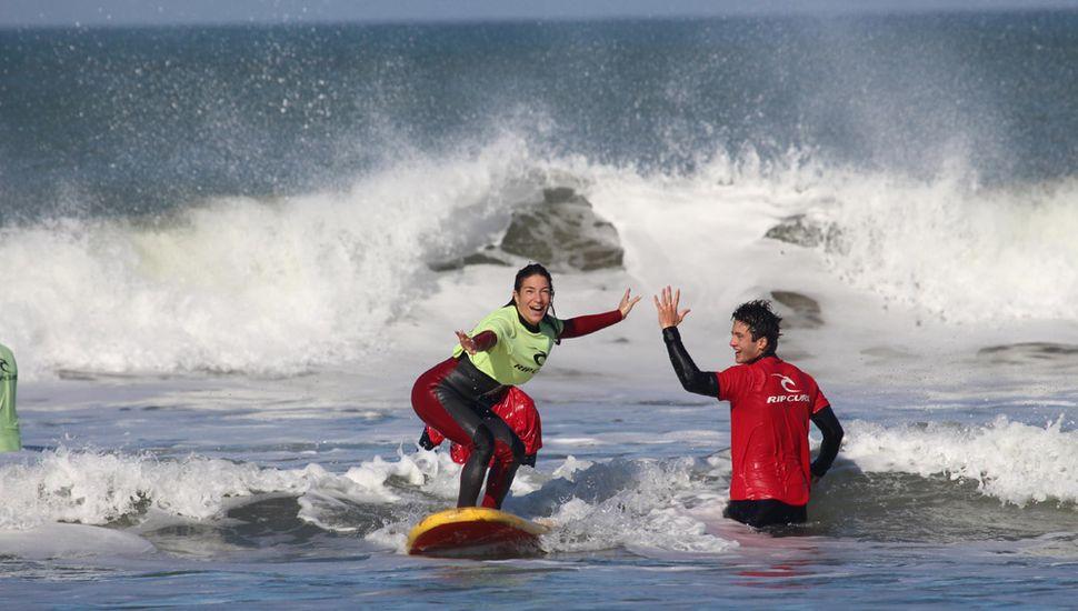 La felicidad en el rostro. Pararse en la tabla es la primera gran sensación del surf. La playa y el mar hacen olvidar de todo.
