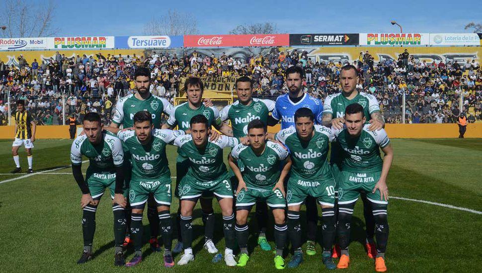 Titulares de Sarmiento en el debut.