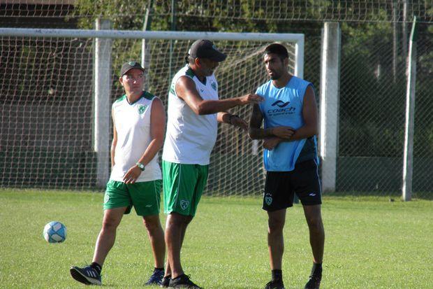 Indicaciones. El entrenador Iván Delfino junto al volante Fabio Vázquez.