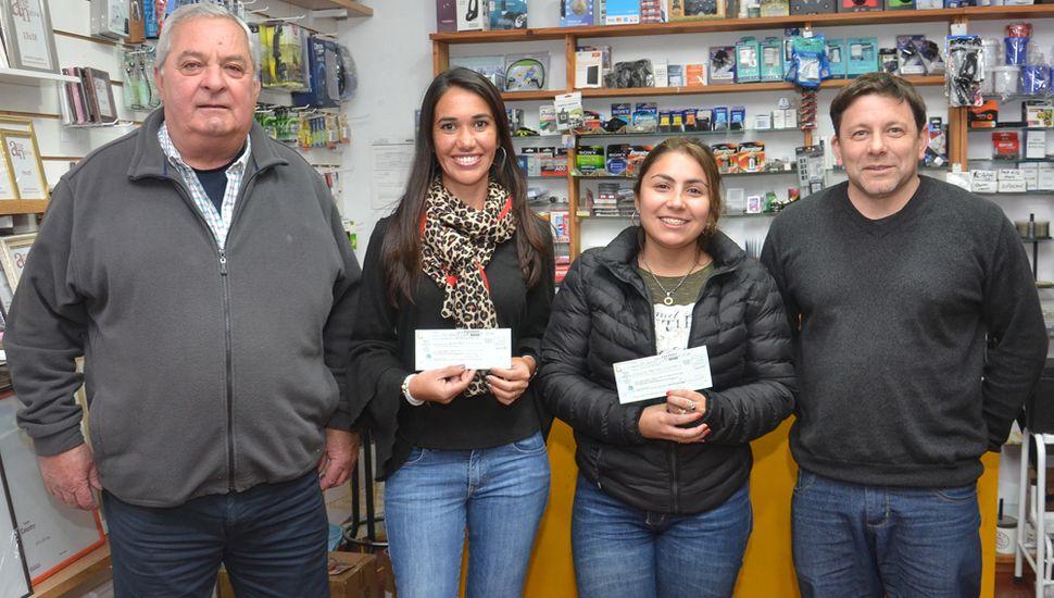 Dirigentes de la Asociación de Bomberos Voluntarios al entregar los premios a las beneficiarias (fotos, Pablo Bramajo).