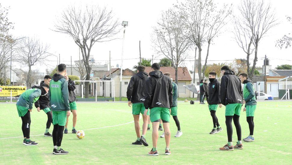 Varios de los jugadores de Sarmiento en la vuelta a los trabajos, pensando en el campeonato 2019/2020.