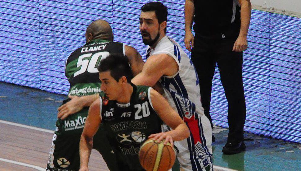 Leonel Schattmann, jugando para Gimnasia de Comodoro en la última temporada.
