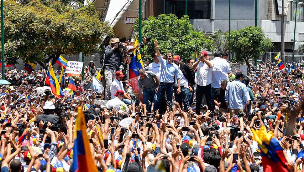 Oficialistas y opositores salen a las calles, escenario de la grieta venezolana.