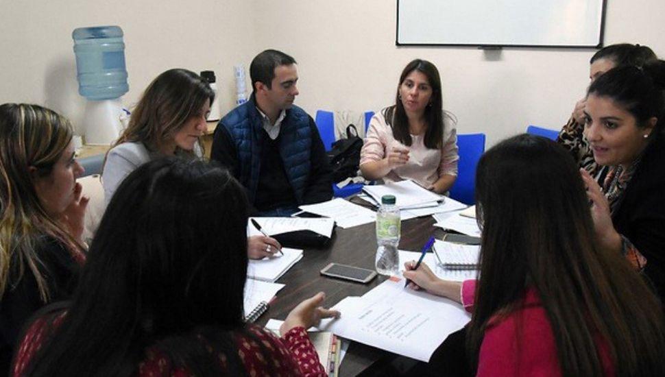 Valeria Menna junto a referentes del área de Desarrollo Social de distritos vecinos.