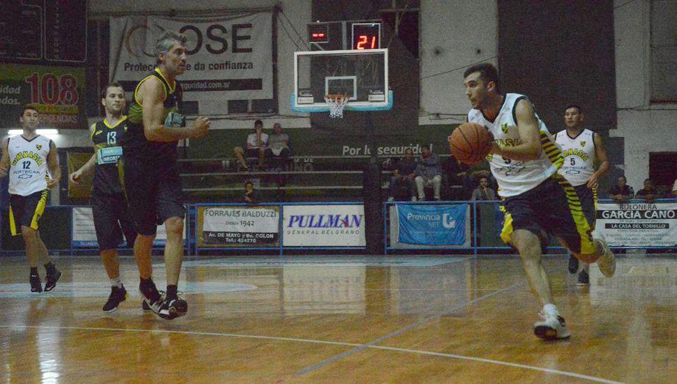 Giuliano Marelli ante Martín Pasquinelli, anoche en Pergamino.