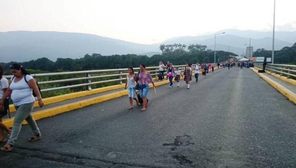 Venezolanos cruzando la frontera hacia Colombia.