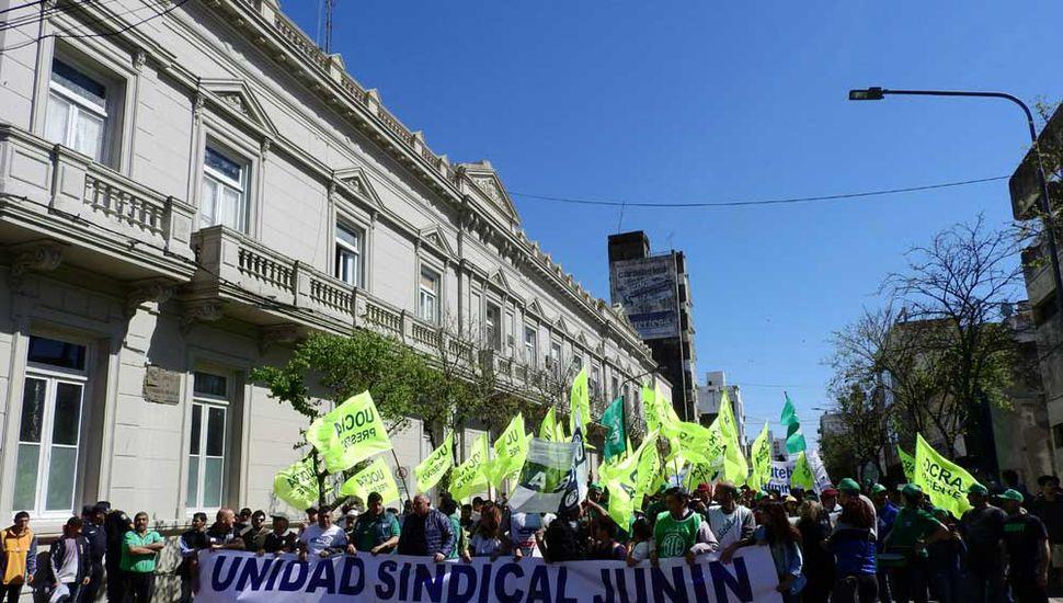 Masiva marcha y protesta en Junín en el contexto del paro general.