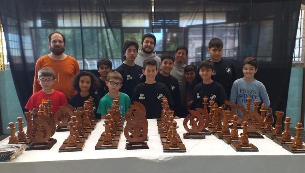 Alumnos de la Escuela de Ajedrez del Club Jorge Newbery de Lincoln, que dirige el juninense Ramiro Troilo Celerino, quienes compitieron en la séptima etapa del Grans Prix, en Junín.