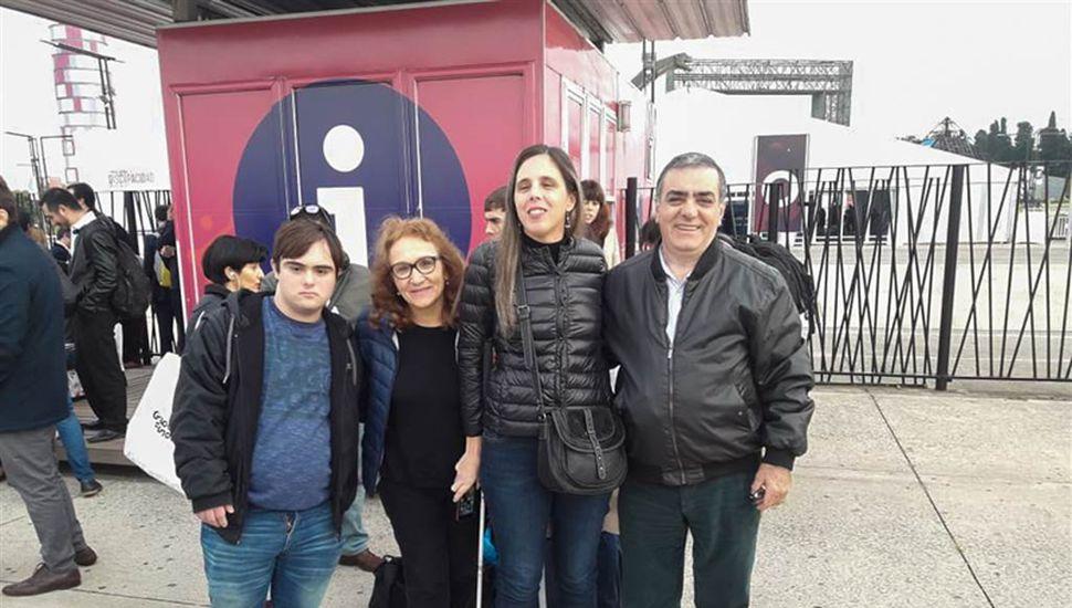 La directora del área Karina Sánchez junto a integrantes de Fupis