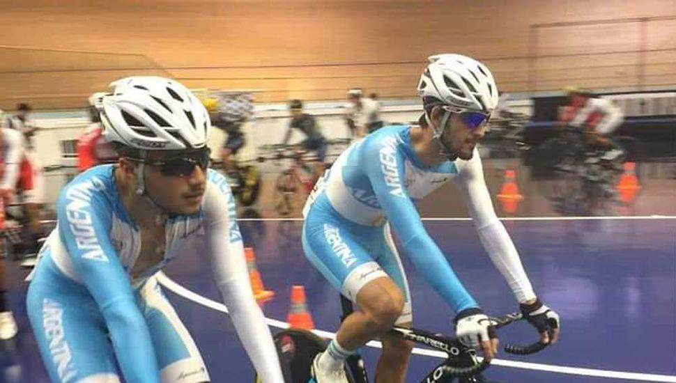 Iván Ruiz (izquierda) y Facundo Olaf Crisafulli vistiendo los colores de la Selección Argentina de ciclismo.