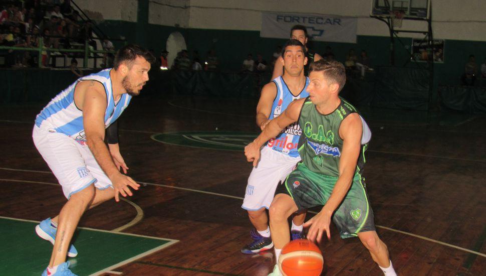 Diego Lorio enfrenta al Cholo Martirena.