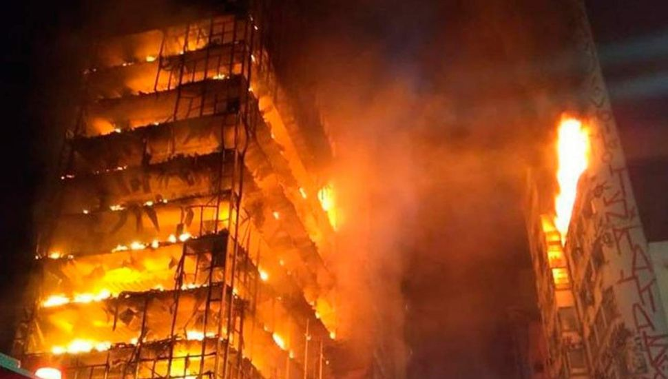 Feroz incendio y  derrumbe en el  centro de San Pablo