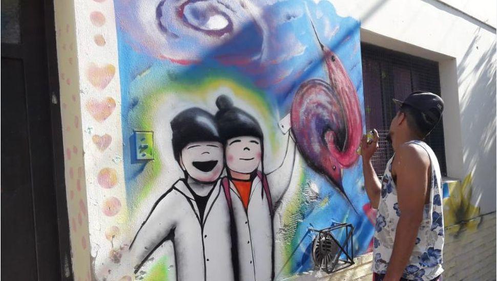 Pintaron un mural en el frente.