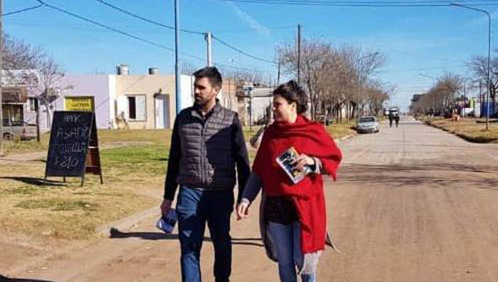 Daiana García Farotto y el senador provincial Juan Carlos Fiorini recorriendo las calles de General Pinto.