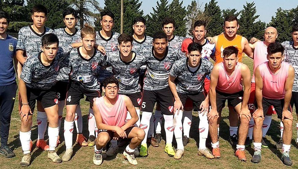 El técnico Pablo Emanuel Zapata y los jugadores de la séptima división de Villa Francia, que comenzó ganando 1 a 0 ante Juventud.