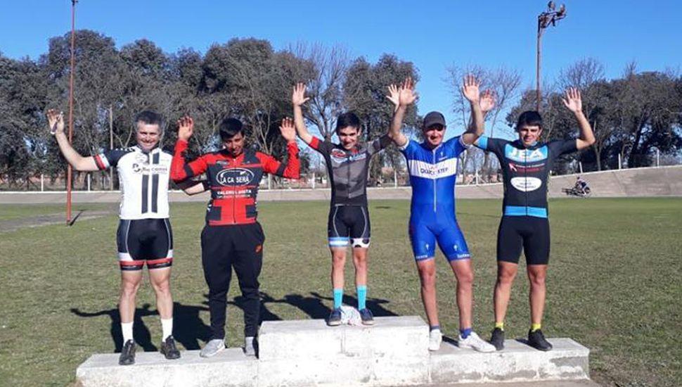 El podio de la categoría promocionales, carrera que ganó el biker de Alberti, Ignacio Abeldaño.