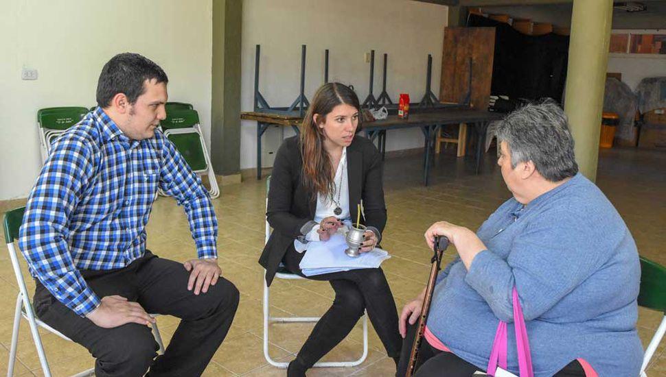 La delegada Bozzano en una de las reuniones en barrios.