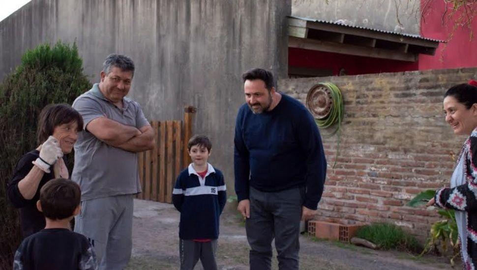 Víctor Aiola recorrió barrios de Chacabuco
