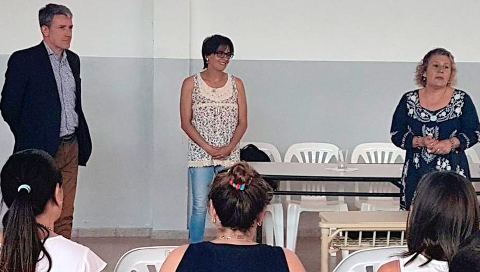 La directora del ISFDyT Nº133, María Gabriela Camarero (derecha), al presentar a los disertantes.