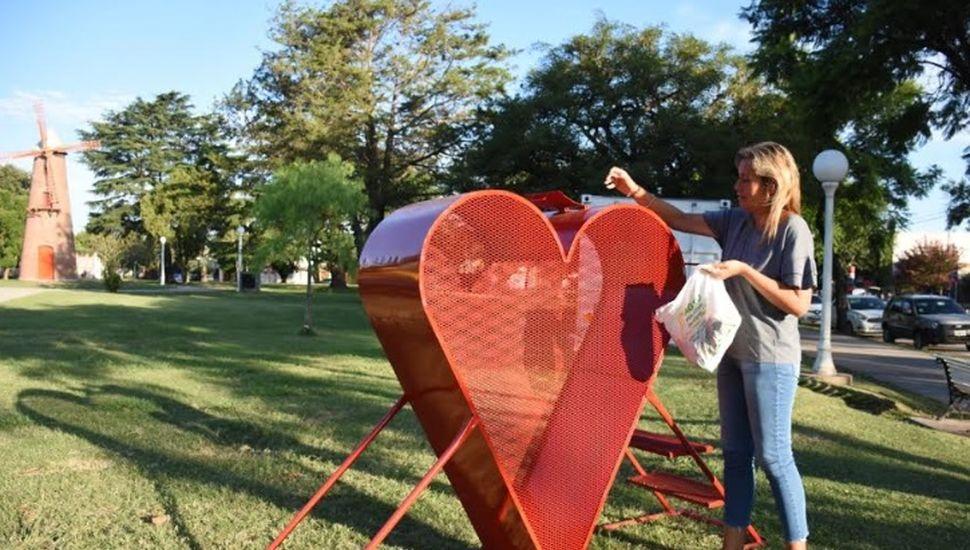 Colocaron un corazón solidario en la plaza 5 de Agosto de Chacabuco