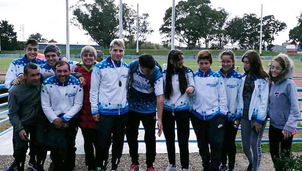 """Deportistas que representaron a la Escuela Municipal de Atletismo de General Pinto en los torneos realizados en """"La Feliz""""."""