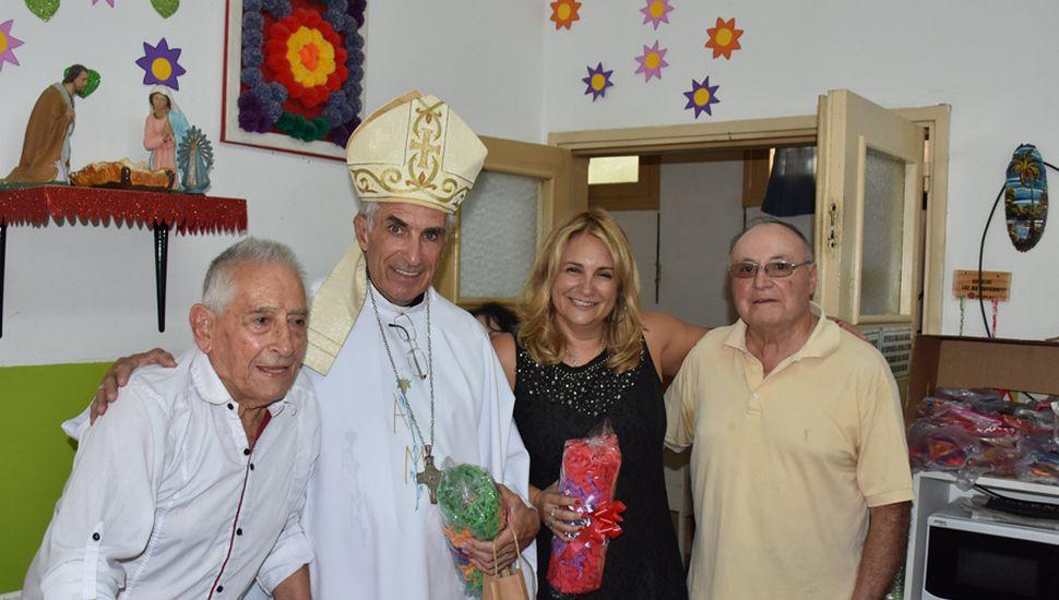 El obispo de San Nicolás en la imposición de nombre del Hogar de Ancianos.