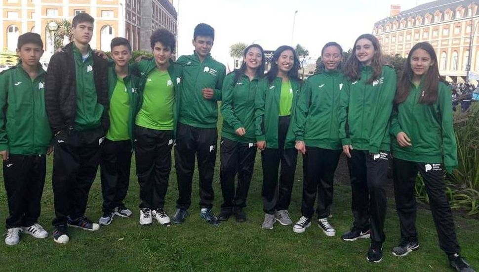Sofía Milagros Bontempi Garrote (derecha), junto al resto de los ajedrecistas que representaron a Buenos Aires.