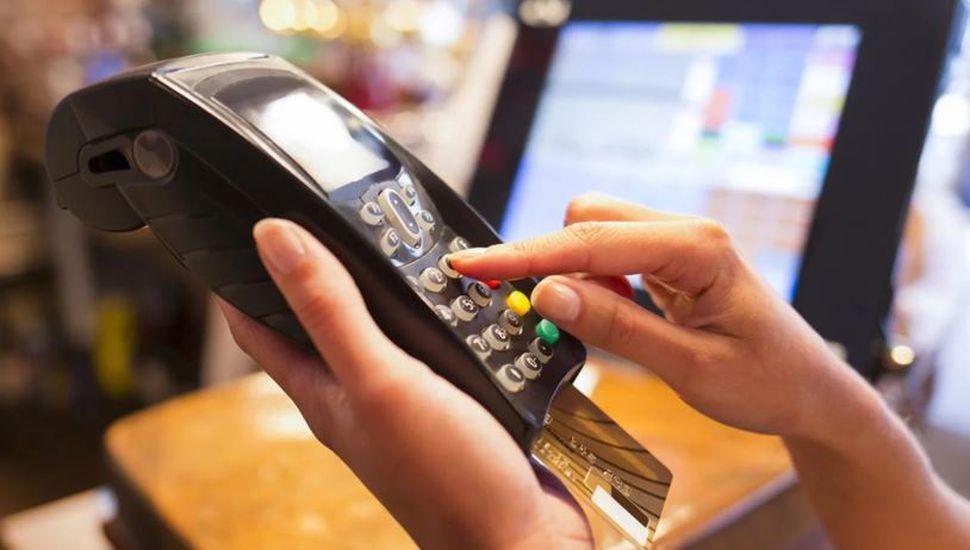 Los comercios ahora deberán aceptar todas las tarjetas de débito en pagos superiores a $100