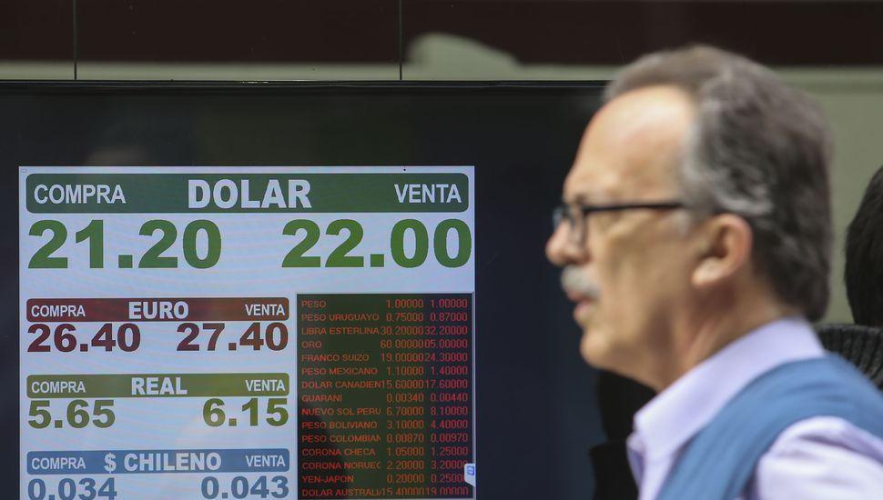 Tras baja inicial, el precio del dólar sube a $22,30 en línea con emergentes