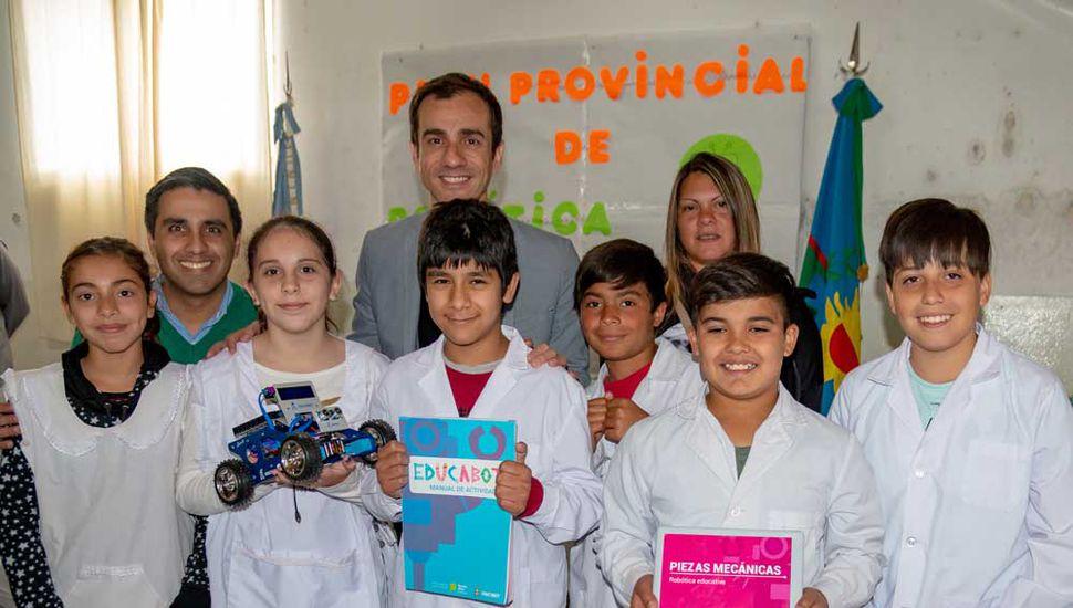Los alumnos exhiben su kit, parte del Programa de Robótica.