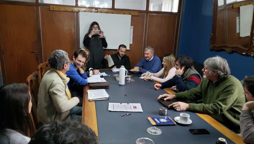 Aspecto de la reunión en el Salón Azul del Concejo Deliberante.