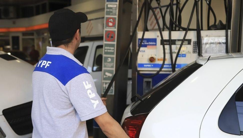 El Gobierno pidió a YPF que dé marcha atrás con el aumento de combustibles