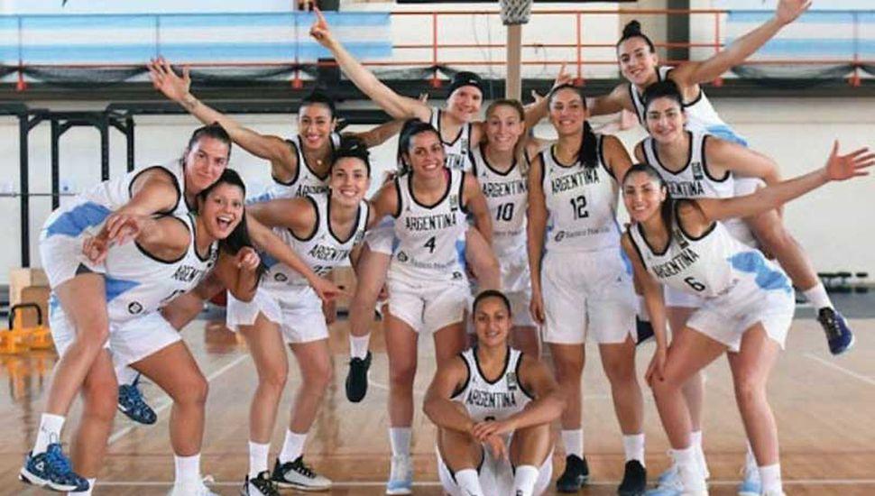 La juninense Maccarena Rosset (4) con las chicas de la selección.