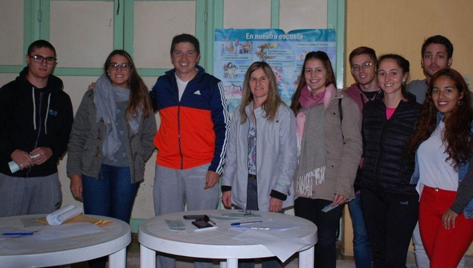 Entregaron ayudas estudiantiles a jóvenes de L. N. Alem