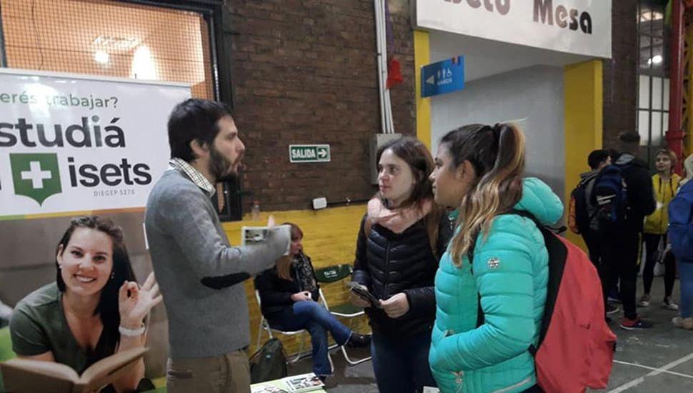 Los jóvenes se acercaron para ver la oferta educativa.