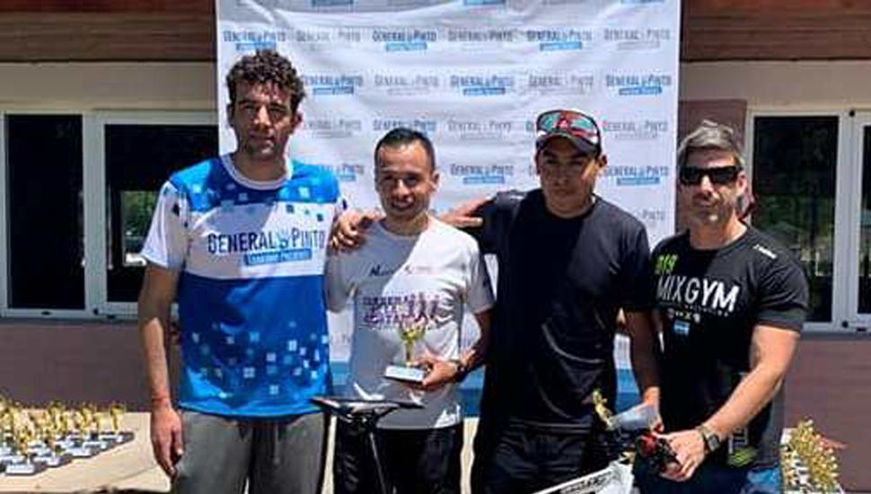 Franco Polo (derecha) y Bruno Di Nucci premiando a los ganadores, Mauro Cabral-Franco Di Tomaso.