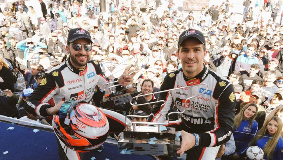 Matías Rossi y su compañero de equipo, el mendocino Julián Santero, festejan en el podio tras el doblete con Toyota.