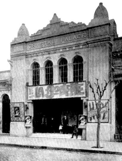 Frente del edificio del Crystal Palace, sobre calle Sáenz Peña.
