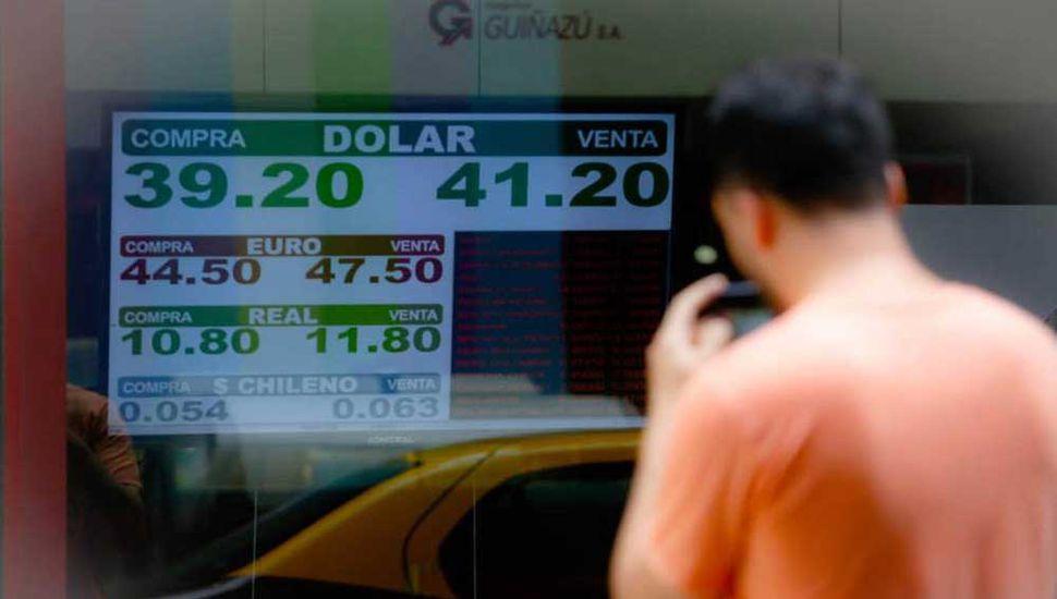 El dólar subió a $41 y el riesgo país superó los 700 puntos