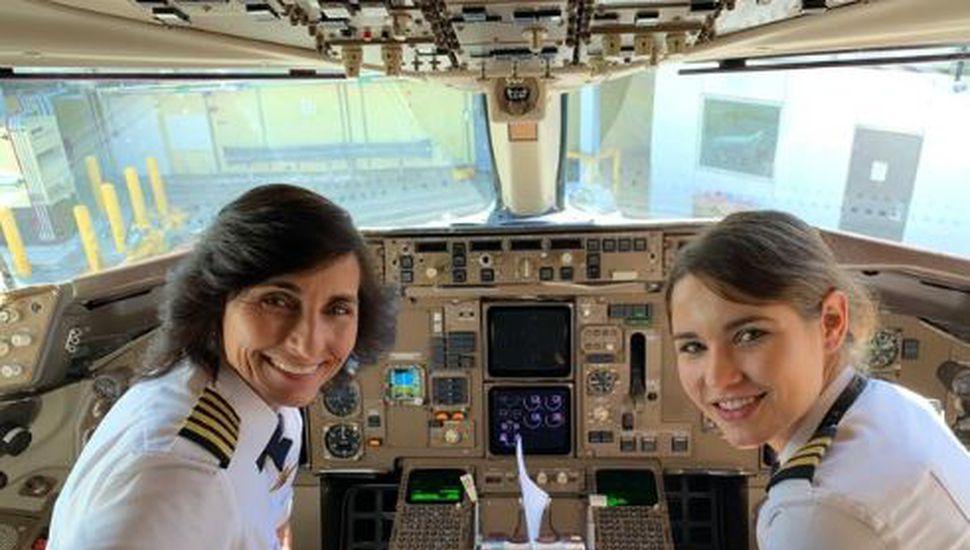 La emotiva imagen de una madre y su hija piloteando un avión que se volvió viral