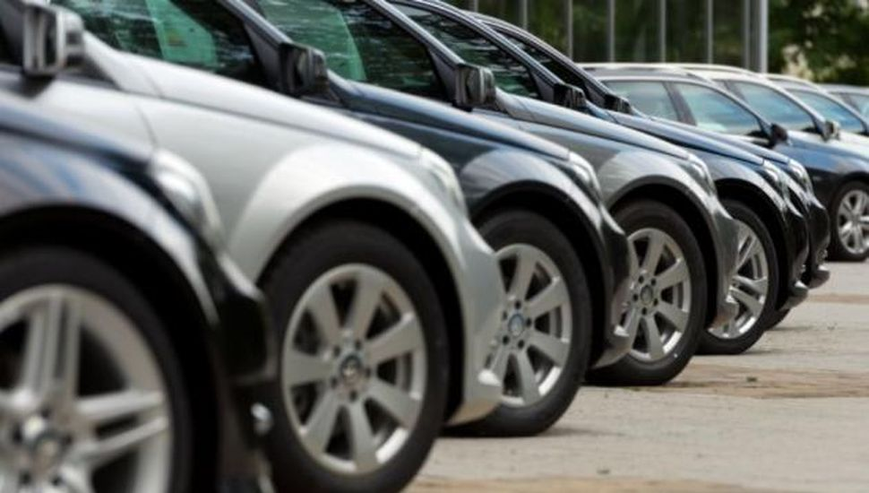 Los precios en dólares de los autos registran un mínimo histórico