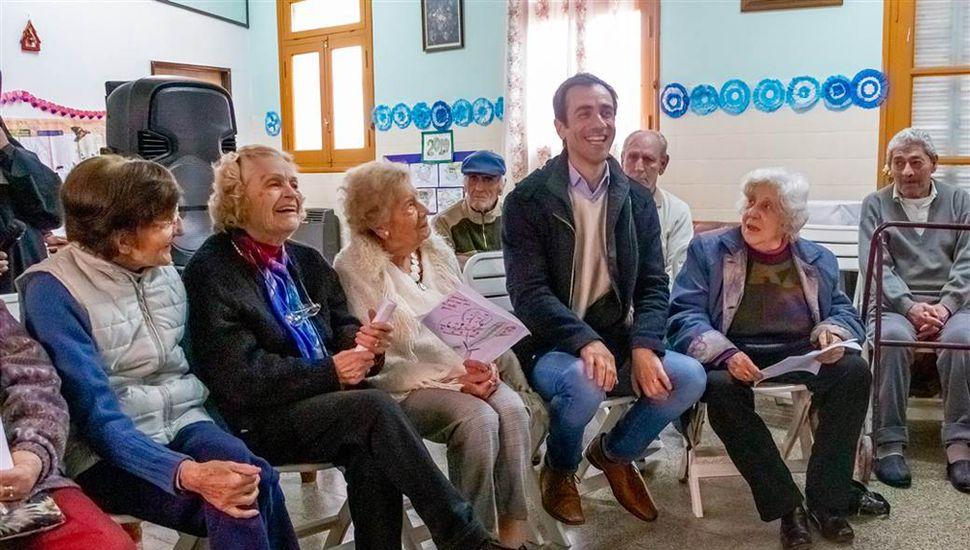 El jefe comunal, Pablo Petrecca, visitó a los abuelos del hogar San José.