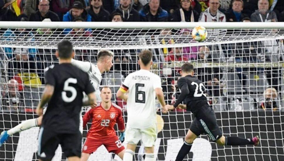 Lucas Alario marca de cabeza el descuento de la Argentina y sobre el final, llegaría el empate, que anotó Lucas Ocampos.