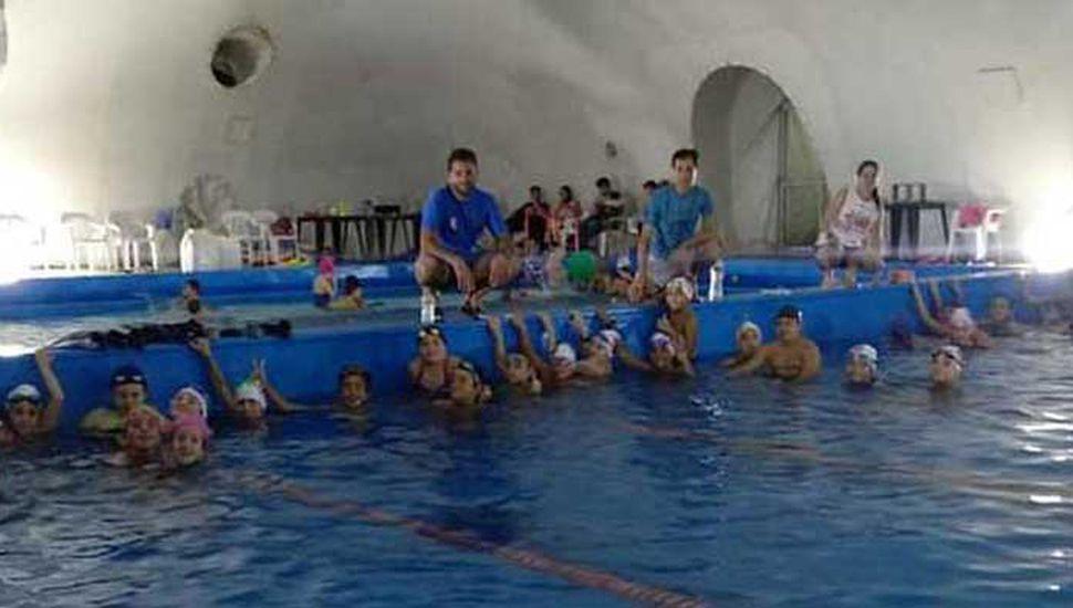 Los nadadores del Club Junín en un alto del entrenamiento, junto a los profesores de la institución.